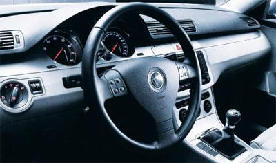 在新型的帕萨特轿车中,仪表盘的灯光仍然使用了蓝色基调,仪表盘上的图片