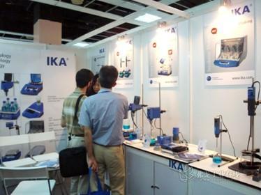 用户现场体验IKA产品的操作并咨询