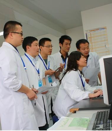 贵州省理化测试分析研究中心谭红主任在工作中
