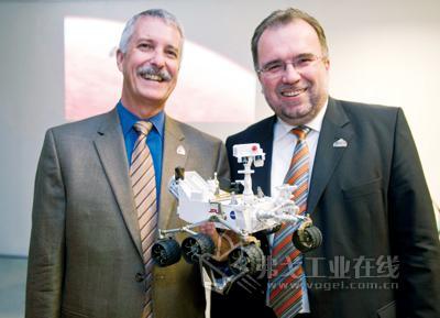 NASA火星探测计划项目主管Doug McCuistion(左)与西门子工业业务领域CEO鲁思沃博士共同展示火星探测器模型