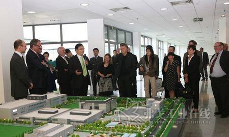 德国代表团参观菲尼克斯电气中国公司展厅