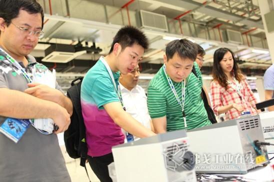 与会嘉宾参观2013年菲尼克斯电气创新与行业发展论坛展示厅和体验区