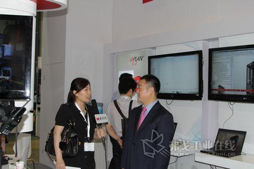 覃政先生接受记者的采访