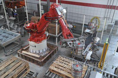 该小型啤酒桶操作装置的第一个机器人负责将堆装的一个个啤酒桶托架