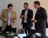 评判委员会认真审阅了提交的应用。从左到右:瑞士拉珀斯维尔应用科技大学材料工程与塑料加工(IWK)学院主任、教授Frank Ehrig博士,德国Hack Formenbau的总经理Gunnar Hack以及Plastverarbeiter 杂志主编Harald Wollstadt(图片来自恩格尔)