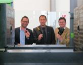 评判委员会推出了2015恩格尔无拉杆应用技术奖的获胜者。从左到右:Hack Formenbau的总经理Gunnar Hack拿着一个Gardena软管连接器,Plastverarbeiter杂志主编Harald Wollstadt拿着一个Schneegans的油位测量模块,以及瑞士拉珀斯维尔应用科技大学材料工程与塑料加工(IWK)学院主任、教授Frank Ehrig拿着一个Hengst的滤油器模块(图片来自恩格尔