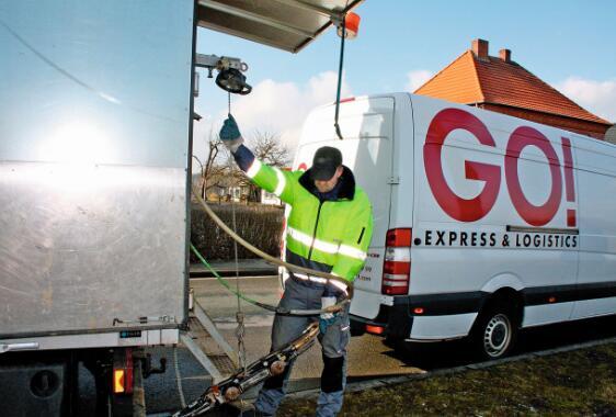 在没有固定地址或者村镇以外地区的送货中要求邮政快递有着非常高的灵活性