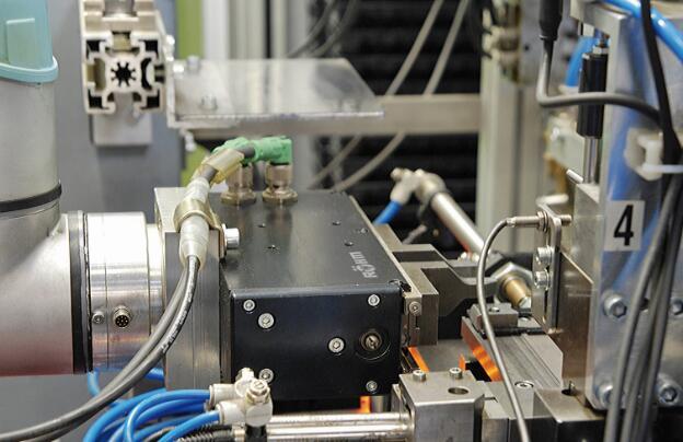 电动夹具每天最多可将4000件工件横向送到检验单元进行检验