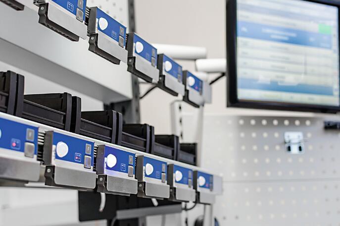 工位配备了以串联方式连接的Pick-to-Light专业显示器以及干预控制器