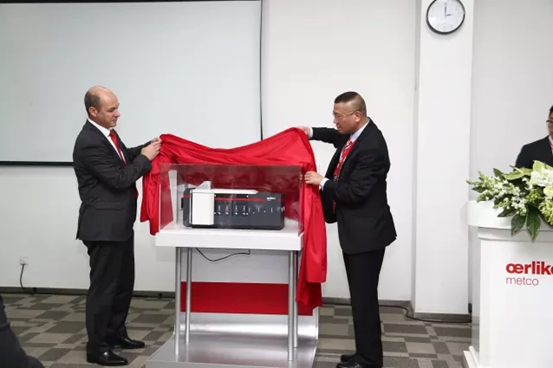欧瑞康美科中国总经理Thomas Schweizer 先生与热喷涂中国区负责人肖庆先生为Surface One 模型揭幕