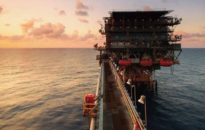 在海上石油开采作业中,电缆的外护套层长期与原油、矿物油和泥浆接触,为确保电缆在如此严苛的条件下安全而可靠的运行,外护套层的选材至关重要