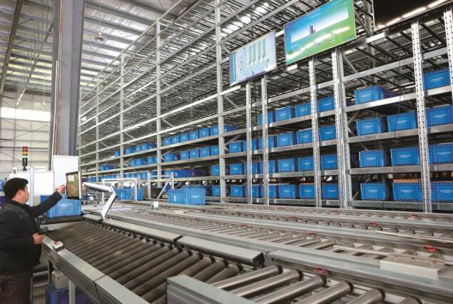 Flex公司利用两台MiR100型移动式机器人完成从仓库到生产车间的内部物流运输任务
