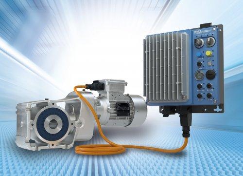 诺德LogiDrive驱动解决方案包含一台两级伞齿轮减速电机,一台IE4同步电机和一台NORDAC LINK现场分布式系统