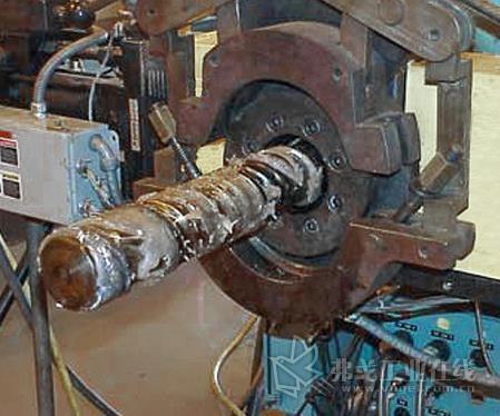 清洁螺杆时先将螺杆向前推至露出4~5圈,然后开始清理