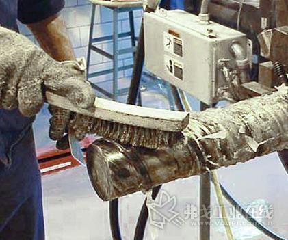 用一把铜丝刷清除螺槽中的清机树脂