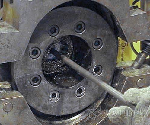 将刷子/纱布组合推入机筒内腔中。然后用一把电钻旋转这个组合,直到它在内腔中的旋转变得很容易