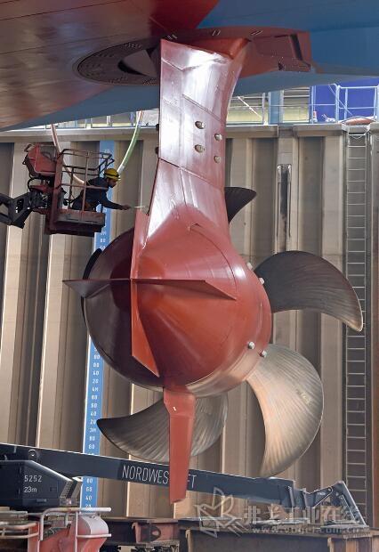 与传统船用推进系统相比,Azipod推进器的燃料使用量更少,而且它们还进行了数字化联网并通过自己位于挪威的中心进行监控