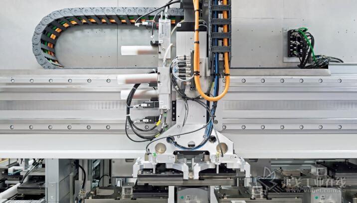 客户定制的2.8米长直线电机轴:只需4.5秒的节拍时间,即可分配每个工件托盘至八个安装工作站中的一个