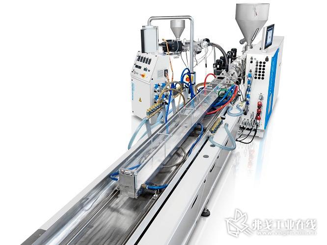 由聚碳酸酯制成的灯罩型材在共挤加工中被高效率地生产出来