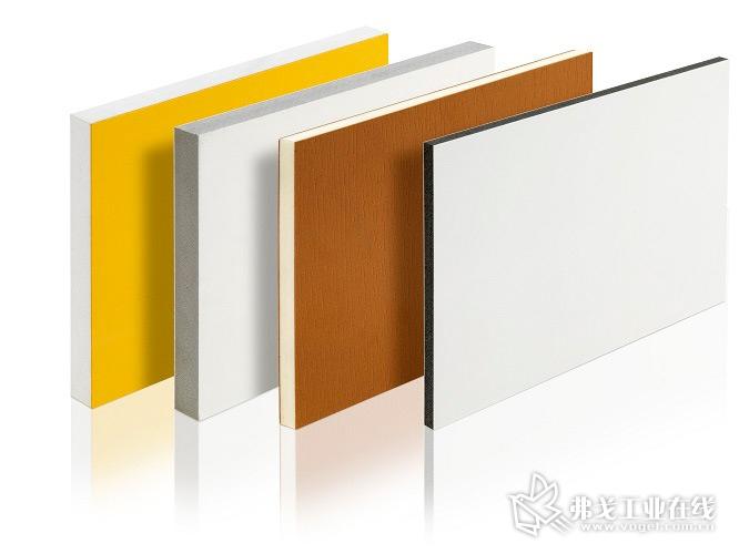 共挤出的PVC 板材在克劳斯玛菲-贝尔斯托夫的一条板材生产线上被生产出来