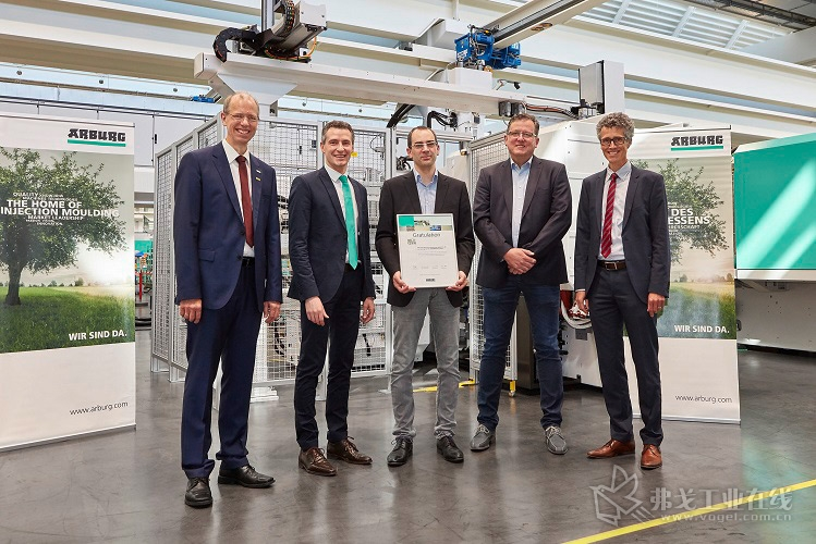 Berker公司的 Christoph Koch和Sebastian Walther (右2和右3)与阿博格的德国销售总监Oliver Giesen (右)、技术与大客户管理负责人 Ralf Müller(左2)和销售 Reinhold Baar-Bartelt一起,共同庆祝第100台Allrounder注塑机的正式交付