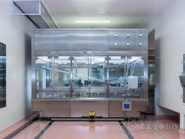 图1 无尘室区的移动无尘室与药品进一步加工处理的烘干机相连接
