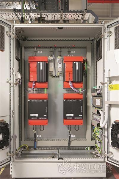 图3 无接触能源供给装置通过Movitrans系统实现能量供给。通过22个能源供给执行元件无污染的实现无尘室里的连续式布置的传感导线的能量供给