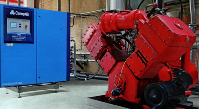 Fruh压缩空气站并排设置的旧空压机和新空压机:Champion活塞空压机(右)和调速型PureAire空压机