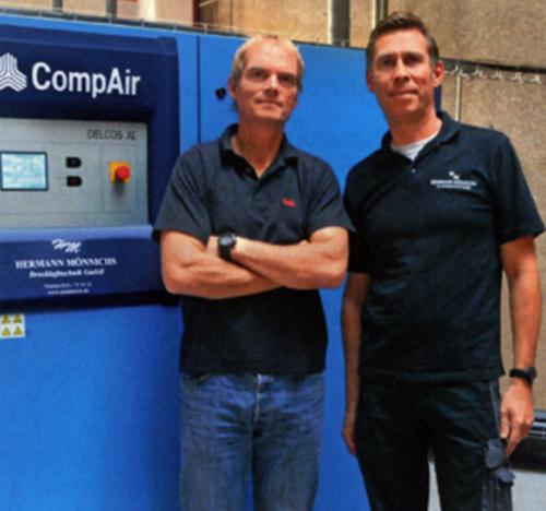 Fruh Kolsch生产工程部主管Axel Spelzhaus(左)和Hermann Monnichs Drucklufttechnik GmbH公司常务董事Mark Monnichs,Mark Monnichs如今已为Fruh Kolsch两代员工提供了帮助