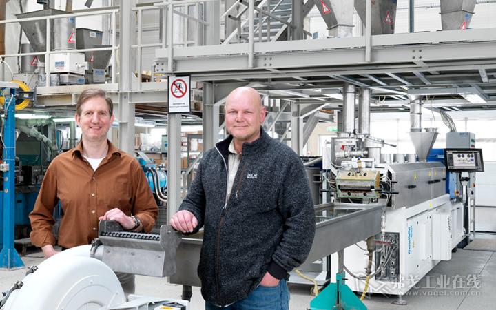 Tecnaro公司安装了克劳斯玛菲-贝尔斯托夫的新的配混生产线。Helmut Nägele与Tecnaro 公司CEO Jürgen Pfitzer站在新的生产线前合影