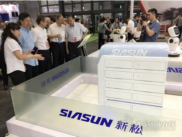 中国机器人产业联盟领导观看智能物流机器人功能演示