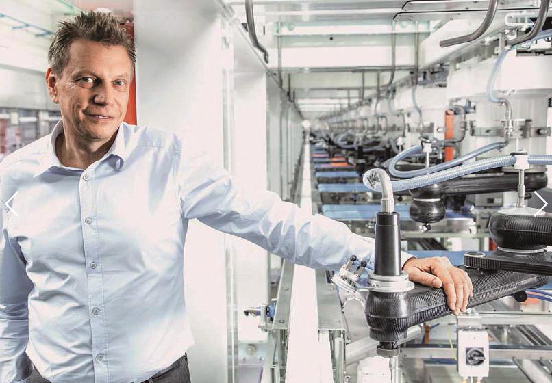图1 Schubert包装机械公司负责人Ralf Schubert先生站在Craisheim市TLM机床装配车间里