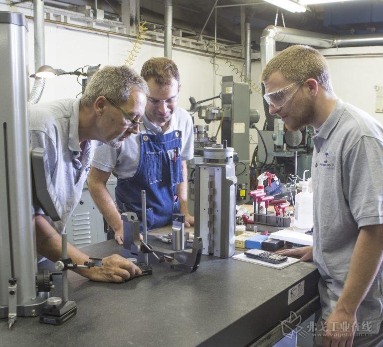 在纽约州Rochester地区的Monsees集团检查精密加工的模具夹板