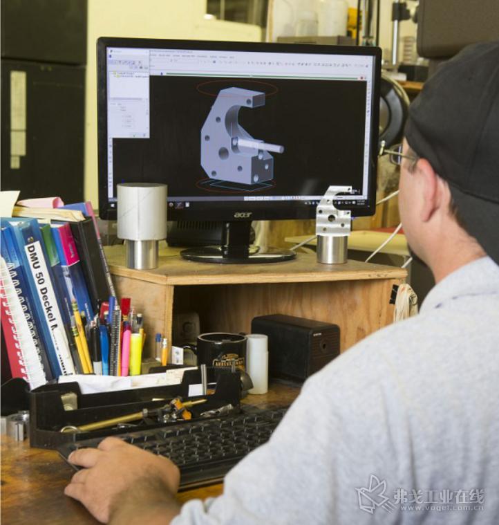 Monsees程序员/机械师在Mastercam中进行CAD编辑,设计用于特殊定制零件加工的定制夹具模型。