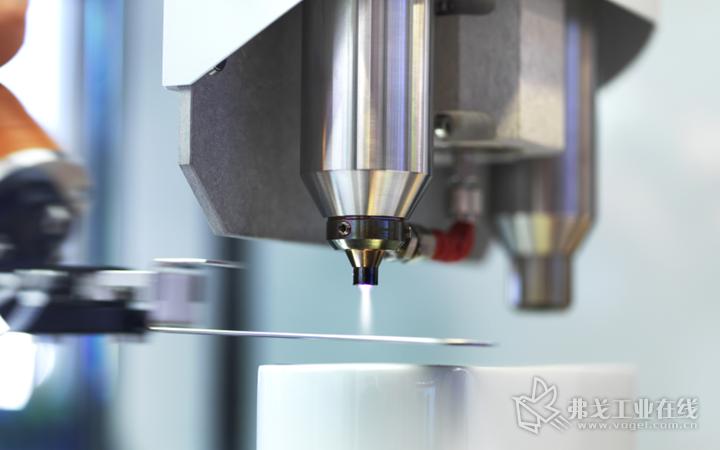 在Fakuma 2018展会中,Plasmatreat展台将展出该公司与Akro-Plastic 联合开发的Plasma-SealTight复合注塑工艺。这种在常压下产生的功能性等离子聚合物涂层与订制塑料配混料的结合,实现了长期稳定,抗介质的塑料-金属粘接