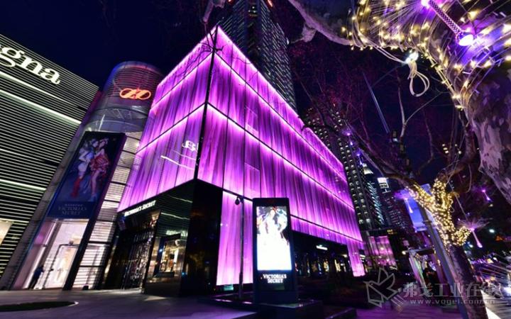 """上海的""""维多利亚的秘密""""旗舰店的光幕外墙也采用PLEXIGLAS®宝克力®制成"""
