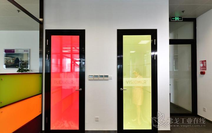 """新办公室里的""""电话亭""""可变换颜色"""