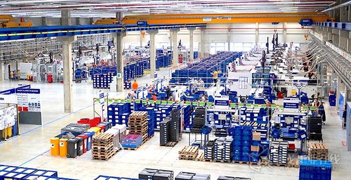 在WITTE Automotive集团的奥斯特罗夫工厂中,14台锁模力1800~5500kN的威猛巴顿菲尔注塑机每年生产大约350万个汽车门把手总成
