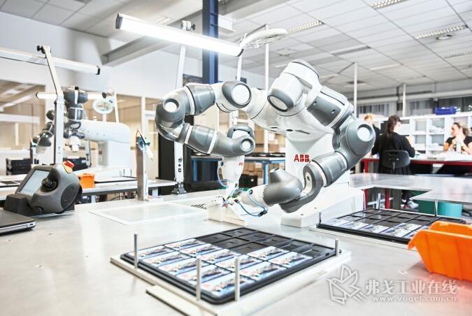 图1 ABB的协同双臂机器人Yumi在紧挨着人类的工作岗位上被灵活简单地投入使用