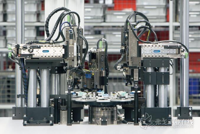 图1  SCHUNK ELP 线性轴、SCHUNK EGS 旋转抓取模块和 SCHUNK EGP 机械手均可结合高效 24V 装配系统使用。降低了调试和维护成本,实现高能效和低生命周期成本运行