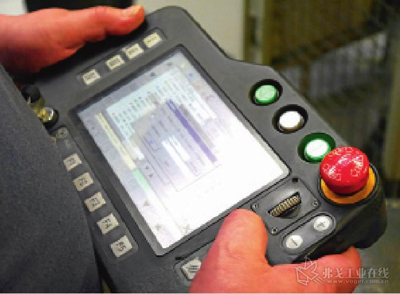 图 3 利用松下提供的手持式编程器可以方便的编写 SP-MAG 焊接机器人的 焊接加工程序