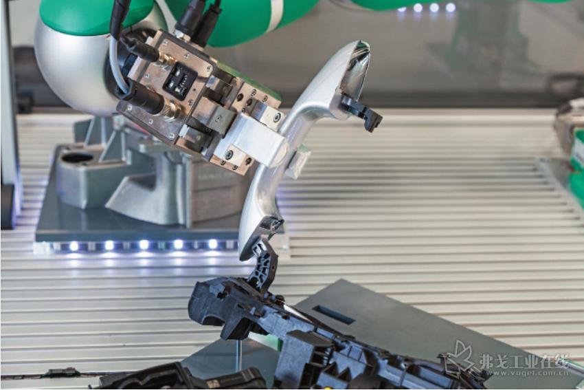 """图 1 在""""pitasc""""软件的帮助下,机器人可以完成复杂的连接工艺过程,并可以简简单单的重新编 程以执行新的生产任务"""