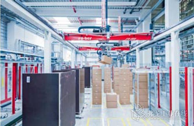 工作中的龙门式机器人:在自动化技术的帮助下能够在很短的时间内完成许多数量很少的订单