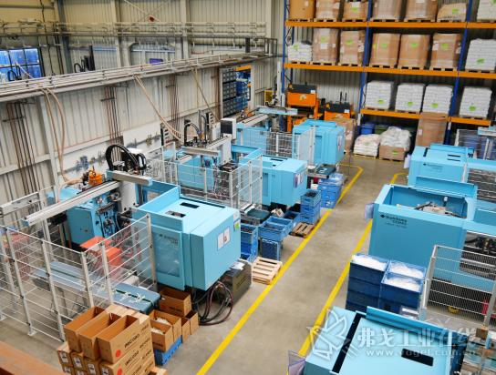 该公司共有55 台锁模力62~5000 kN的全自动注塑机,用于生产单组分、双组分和三组分的注塑成型件以及轻量化的物理发泡部件
