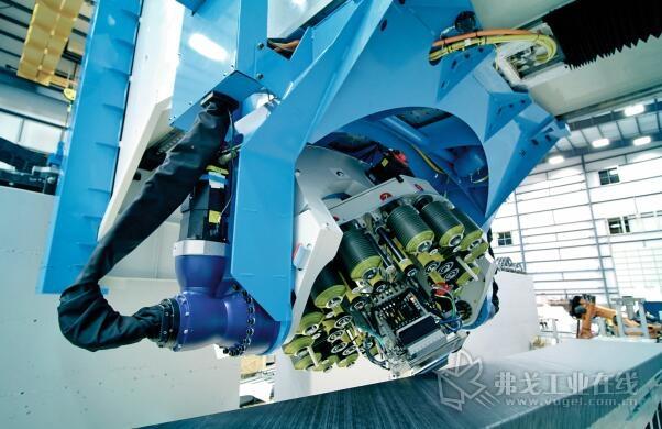 图2  在完成一条碳纤维材料带的放置后,机器人顶部转动180 °,重新定位并在相反方向放置下一条碳纤维材料带