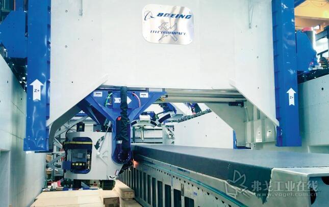 图4 一个重量约为0.5 t的机器人顶部集成在一个宽6 m的移动门式结构里, 高精密度的将好几百层环氧树脂浸渍的碳纤维材料条和带放置在当时作业的基本结构上