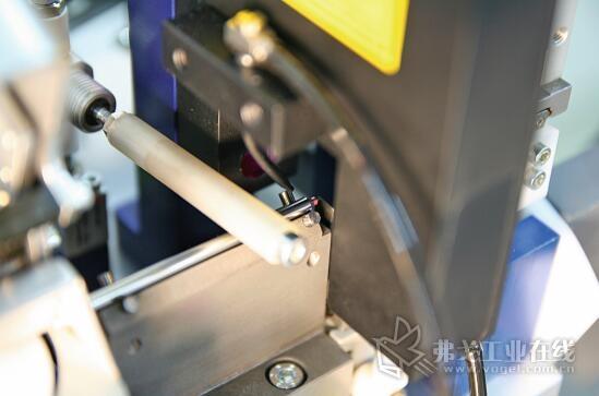 """图3 金属柱螺栓顶部的径向摆动将根据金属柱螺栓的偏转进行监控。在此实施的是中心(Center)运行方式的检测。补充使用应用评估模式""""Min-Max"""",该评估模式的应用是经过一个测量周期在线探测系统内检测结构件中心的绝对运动"""