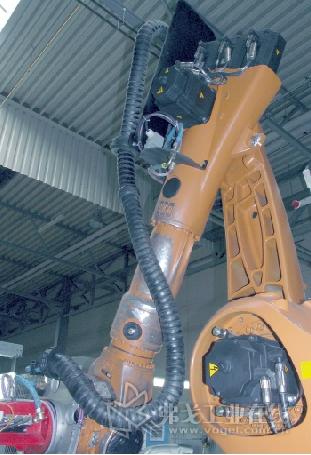 拖链系统有一个整合的弹簧系统。这样就能自动生成定向预应力,可以在快速移动过程中避免循环和电缆压力