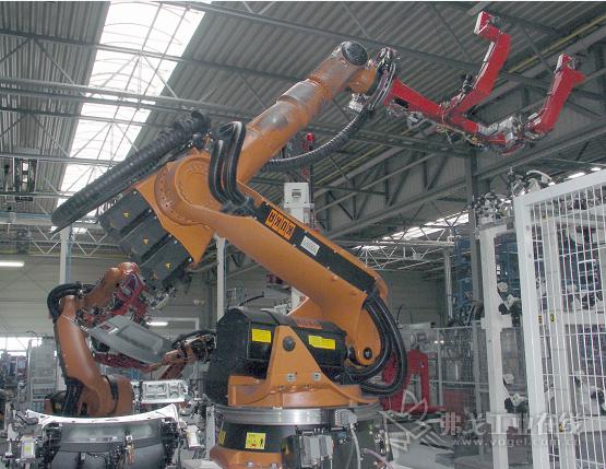 """紧凑型机器人:三维移动的""""triflex RS""""拖链供能拖链系统,紧凑型通用模块。在德国MA自动化,每个轮班可以进行200次抓取后盖的操作"""