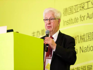 "Henning Wallentowitz教授发表""电气化、自动化、互联化:未来汽车的需求和概念""的主题演讲"